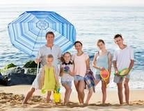 Familia grande que se une en la playa el día de verano Fotos de archivo libres de regalías