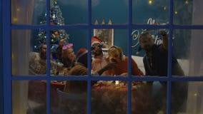 Familia grande que toma la foto junto en la Navidad almacen de metraje de vídeo