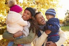 Familia hacia fuera en paseo en Autumn Countryside foto de archivo libre de regalías