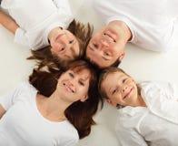 Familia hermosa con dos niños. Serie Imagenes de archivo