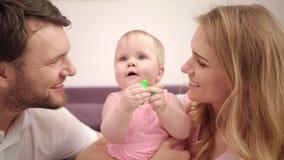 Familia hermosa con el bebé Amor dulce de la familia Mamá y papá que besan a la muchacha del niño almacen de video