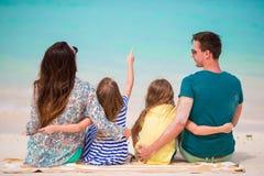 Familia hermosa con los niños en la playa Foto de archivo