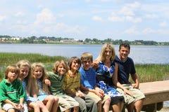 Familia hermosa en el muelle Fotos de archivo libres de regalías