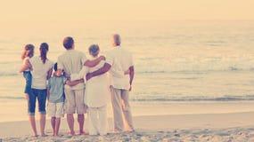 Familia hermosa en la playa Fotos de archivo libres de regalías