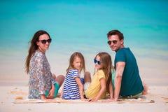 Familia hermosa feliz con los niños junto en la playa tropical durante vacaciones de verano Fotos de archivo