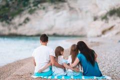 Familia hermosa feliz con los ni?os en la playa fotografía de archivo libre de regalías