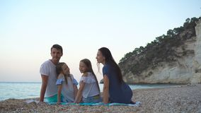 Familia hermosa feliz con los ni?os en la playa almacen de metraje de vídeo
