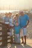 Familia hermosa feliz que se coloca en el puente Fotos de archivo libres de regalías