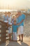 Familia hermosa feliz que se coloca en el puente Foto de archivo libre de regalías