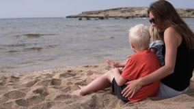 Familia hermosa que abraza cerca del mar almacen de metraje de vídeo