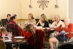 Familia hermosa que ruega en el desayuno Foto de archivo libre de regalías