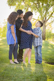 Familia hispánica atractiva feliz con su madre embarazada Outd Fotos de archivo libres de regalías