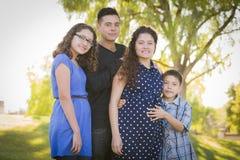 Familia hispánica atractiva feliz con su madre embarazada Outd Foto de archivo