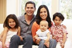 Familia hispánica en casa Foto de archivo