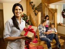 Familia hispánica en la Navidad que intercambia los regalos Imagen de archivo libre de regalías