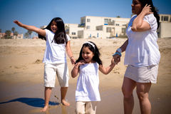 Familia hispánica en la playa Fotos de archivo