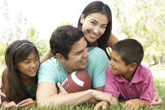 Familia hispánica en parque con el balompié Fotografía de archivo
