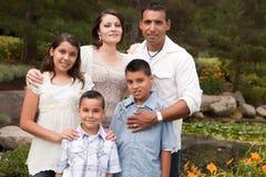 Familia hispánica feliz en el parque Fotos de archivo libres de regalías