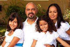 Familia hispánica feliz que ríe y que sonríe Foto de archivo