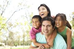 Familia hispánica joven en parque Imagenes de archivo