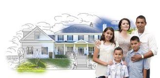 Familia hispánica joven sobre el dibujo de la casa y foto en blanco Foto de archivo libre de regalías