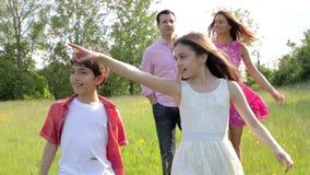 Familia hispánica que camina en campo metrajes