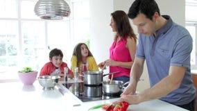 Familia hispánica que cocina la comida en casa metrajes