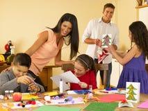 Familia hispánica que hace tarjetas de Navidad Fotografía de archivo libre de regalías