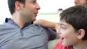 Familia hispánica que se sienta en Sofa Talking Together metrajes
