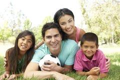 Familia hispánica en parque con el balón de fútbol Fotografía de archivo libre de regalías