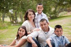 Familia hispánica feliz en el parque Foto de archivo