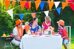 Familia holandesa grande adorable que tiene partido de la parrilla Imágenes de archivo libres de regalías