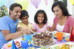 Familia india asiática que celebra la fiesta de cumpleaños Fotos de archivo