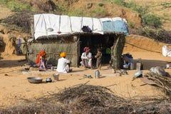 Familia india cerca de la choza de la paja en Pushkar, la India Imagen de archivo libre de regalías