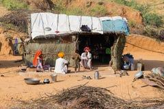 Familia india cerca de la choza de la paja en Pushkar, la India Fotos de archivo libres de regalías