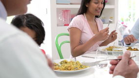 Familia india de la generación multi que come la comida en casa almacen de video