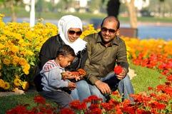 Familia india feliz con dos años del hijo en parque Fotografía de archivo