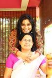 Familia india joven - abrazo de la madre y de la hija Imagenes de archivo