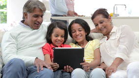 Familia india multigeneración con la tableta de Digitaces metrajes