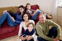 Familia interracial de cinco que se relajan en el país Foto de archivo libre de regalías