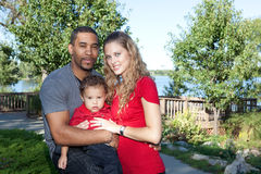Familia interracial en parque Imagen de archivo