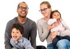 Familia interracial feliz aislada en blanco Imagen de archivo libre de regalías