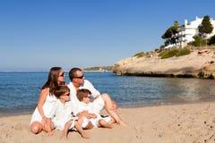 Familia joven con dos niños el vacaciones Imagen de archivo