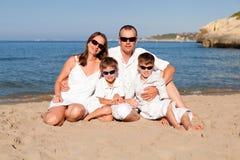 Familia joven con dos niños el vacaciones Fotos de archivo