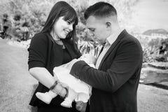 Familia joven con el primer bebé imagenes de archivo
