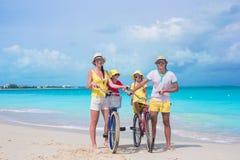 Familia joven con las bicis del paseo de los niños encendido Imagen de archivo