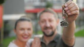 Familia joven con las llaves en el fondo de su nuevo hogar Buen humor, junto almacen de video