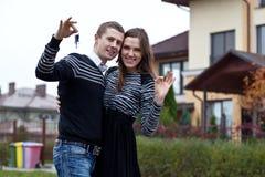 Familia joven con los claves en nuevo hogar Imagen de archivo