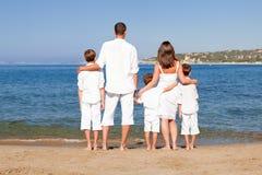 Familia joven con tres niños el vacaciones Imagenes de archivo