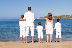 Familia joven con tres niños el vacaciones Foto de archivo
